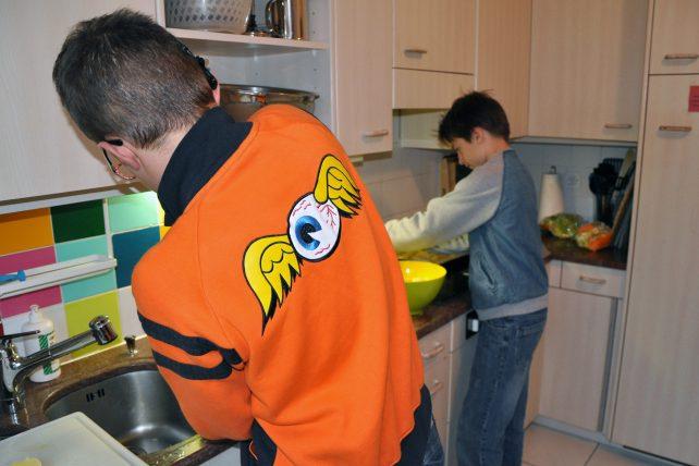 Küchenarbeit in der Wohngruppe